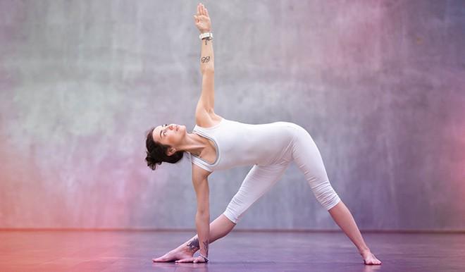 Những tư thế yoga giúp tăng cường sự dẻo dai và chắc khỏe xương - Ảnh 3.