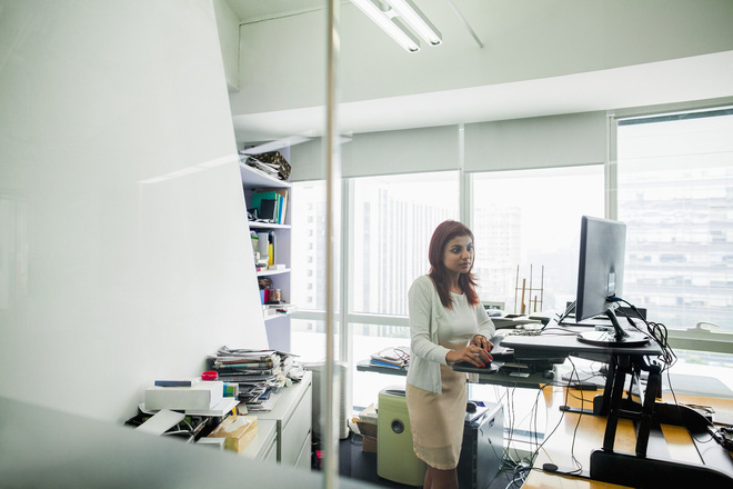 Đứng hay ngồi làm việc mới là tốt nhất? Câu trả lời của các chuyên gia sẽ khiến bạn vô cùng bất ngờ - Ảnh 2.
