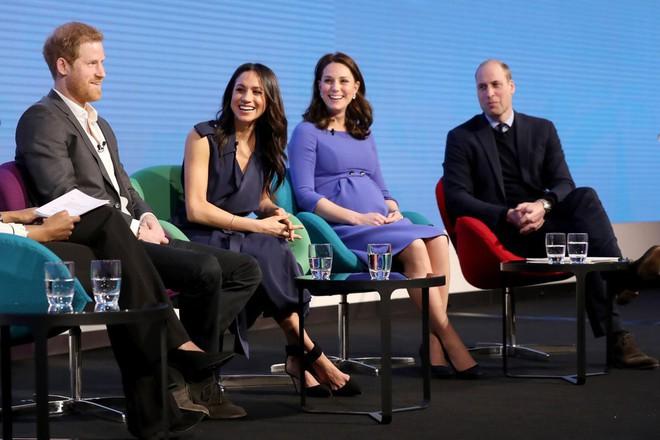 """Cùng dự sự kiện, Meghan Markle """"chơi trội"""" hơn công nương Kate Middleton khi diện hẳn váy đắt gấp 10 lần - Ảnh 1."""