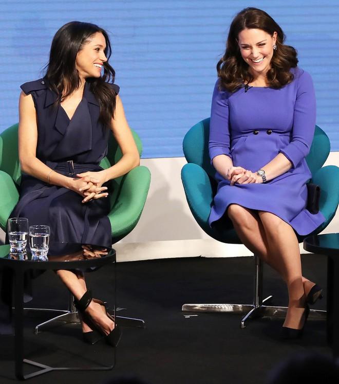 """Cùng dự sự kiện, Meghan Markle """"chơi trội"""" hơn công nương Kate Middleton khi diện hẳn váy đắt gấp 10 lần - Ảnh 2."""