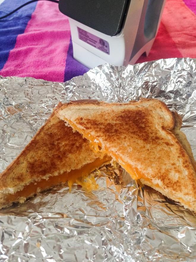 Dù không có máy bạn vẫn có thể làm được bánh mì sandwich nướng giòn rụm, thơm lừng - Ảnh 2.