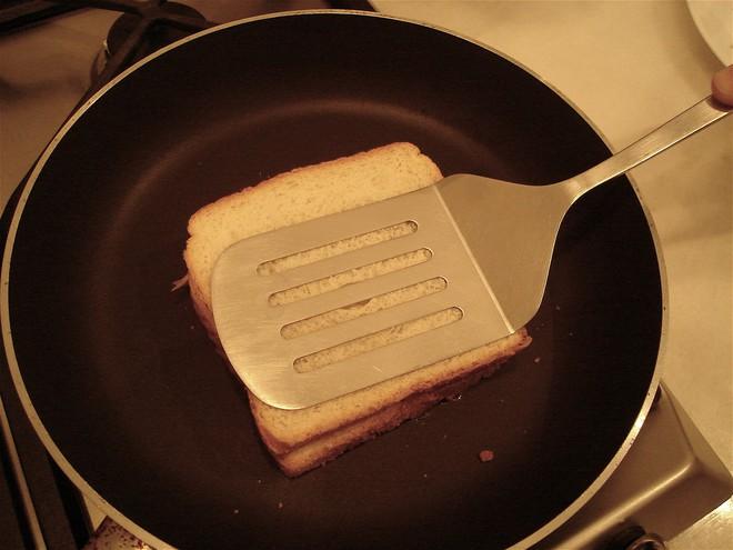 Dù không có máy bạn vẫn có thể làm được bánh mì sandwich nướng giòn rụm, thơm lừng - Ảnh 3.
