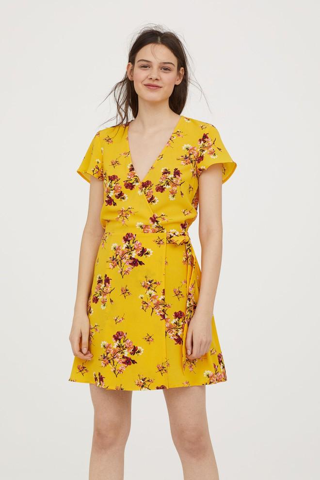 Màu vàng đang chiếm sóng khắp nơi, Zara và H&M cũng cho ra mắt loạt áo váy với giá chưa đến 1 triệu đây này! - Ảnh 2.