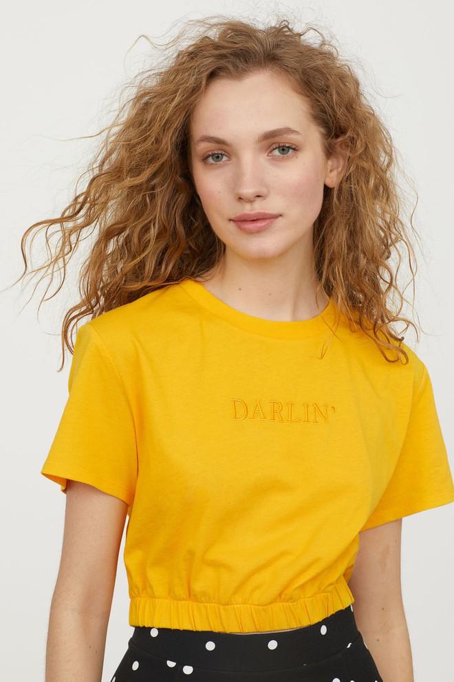 Màu vàng đang chiếm sóng khắp nơi, Zara và H&M cũng cho ra mắt loạt áo váy với giá chưa đến 1 triệu đây này! - Ảnh 4.