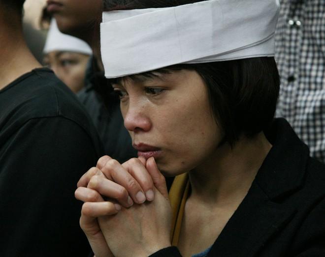 Đồng đội, người thân nghẹn lòng trong đám tang thượng sĩ Chử Văn Khánh hi sinh trong khi đi làm nhiệm vụ - Ảnh 12.