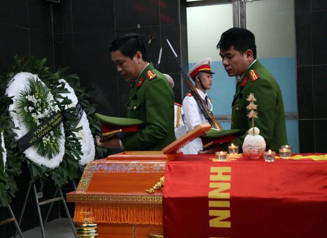 Đồng đội, người thân nghẹn lòng trong đám tang thượng sĩ Chử Văn Khánh hi sinh trong khi đi làm nhiệm vụ - Ảnh 8.