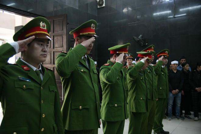 Đồng đội, người thân nghẹn lòng trong đám tang thượng sĩ Chử Văn Khánh hi sinh trong khi đi làm nhiệm vụ - Ảnh 4.