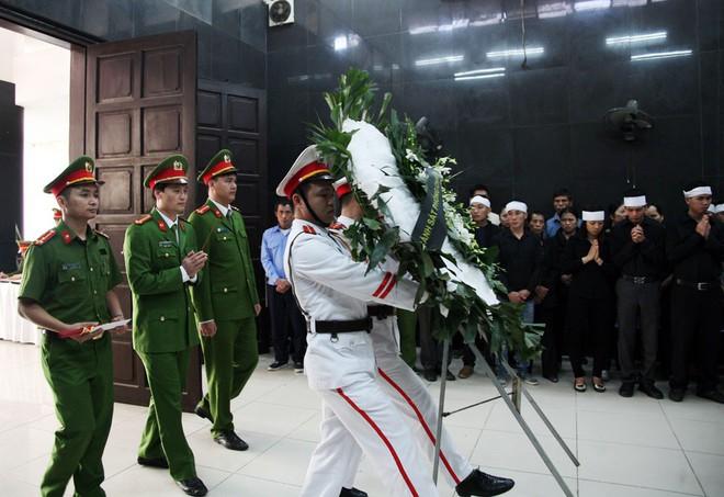 Đồng đội, người thân nghẹn lòng trong đám tang thượng sĩ Chử Văn Khánh hi sinh trong khi đi làm nhiệm vụ - Ảnh 6.