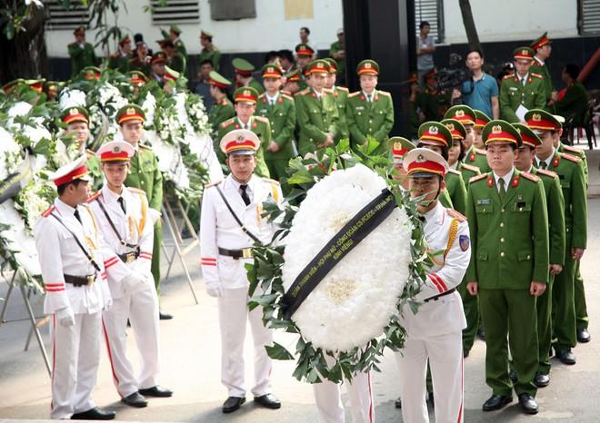 Đồng đội, người thân nghẹn lòng trong đám tang thượng sĩ Chử Văn Khánh hi sinh trong khi đi làm nhiệm vụ - Ảnh 15.