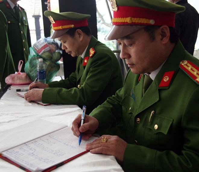 Đồng đội, người thân nghẹn lòng trong đám tang thượng sĩ Chử Văn Khánh hi sinh trong khi đi làm nhiệm vụ - Ảnh 13.