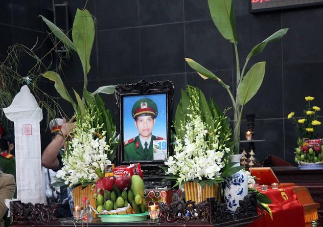 Đồng đội, người thân nghẹn lòng trong đám tang thượng sĩ Chử Văn Khánh hi sinh trong khi đi làm nhiệm vụ - Ảnh 2.