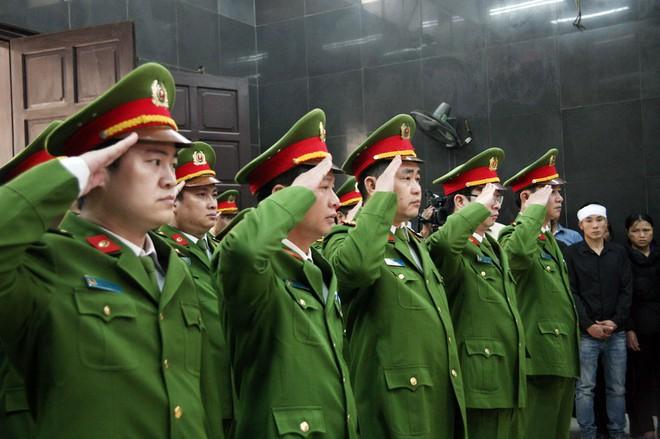 Đồng đội, người thân nghẹn lòng trong đám tang thượng sĩ Chử Văn Khánh hi sinh trong khi đi làm nhiệm vụ - Ảnh 5.