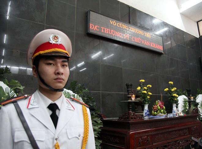 Đồng đội, người thân nghẹn lòng trong đám tang thượng sĩ Chử Văn Khánh hi sinh trong khi đi làm nhiệm vụ - Ảnh 3.