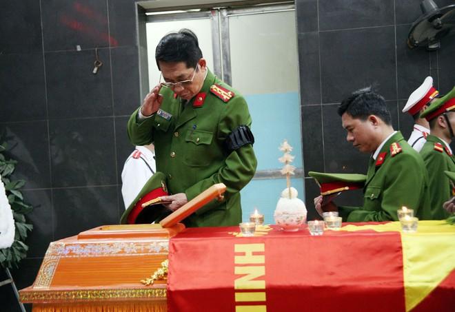Đồng đội, người thân nghẹn lòng trong đám tang thượng sĩ Chử Văn Khánh hi sinh trong khi đi làm nhiệm vụ - Ảnh 7.