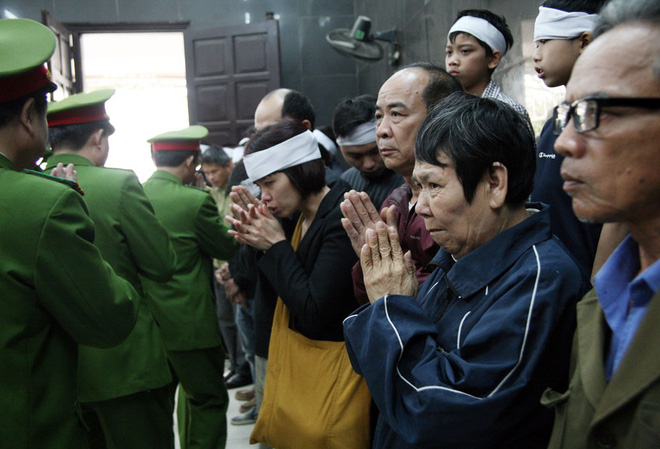 Đồng đội, người thân nghẹn lòng trong đám tang thượng sĩ Chử Văn Khánh hi sinh trong khi đi làm nhiệm vụ - Ảnh 10.
