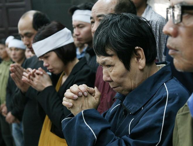 Đồng đội, người thân nghẹn lòng trong đám tang thượng sĩ Chử Văn Khánh hi sinh trong khi đi làm nhiệm vụ - Ảnh 9.