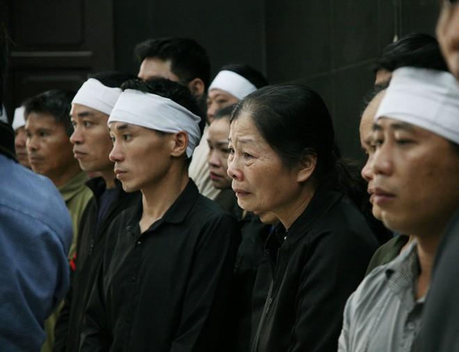 Đồng đội, người thân nghẹn lòng trong đám tang thượng sĩ Chử Văn Khánh hi sinh trong khi đi làm nhiệm vụ - Ảnh 11.