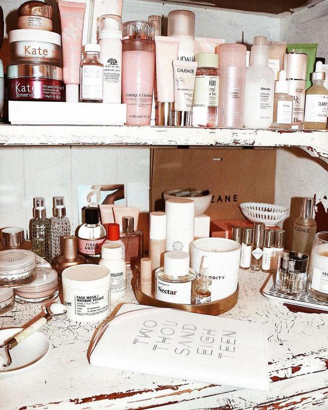 Ngày ngày dùng đồ sang xịn nhưng các beauty editor vẫn không thể sống thiếu 9 sản phẩm làm đẹp giá bình dân này - Ảnh 1.
