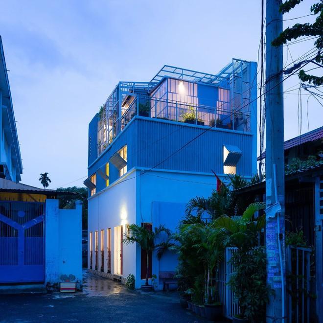 Ngôi nhà 50m² trong hẻm nhỏ đẹp chẳng kém resort ở Sài Gòn - Ảnh 2.