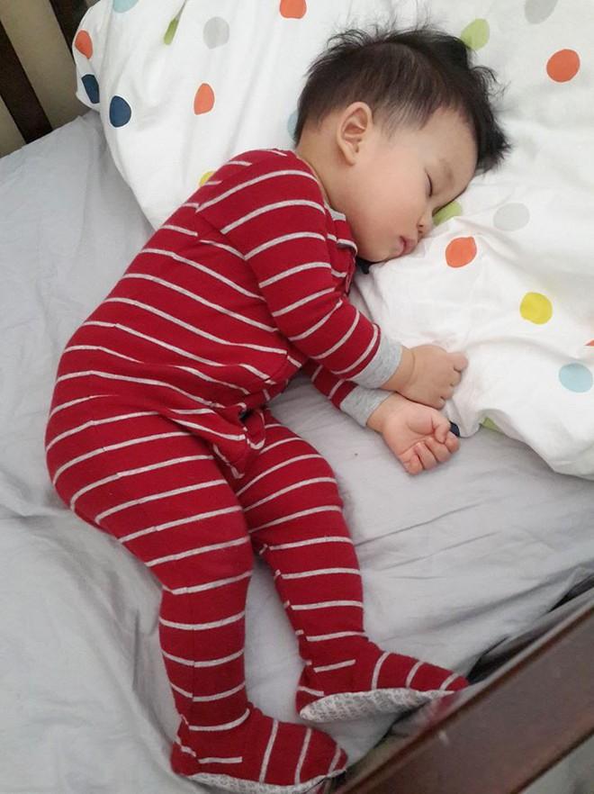 Bà mẹ sắt đá cho con ngủ riêng cũi khiến nhiều chị em tranh cãi - Ảnh 4.