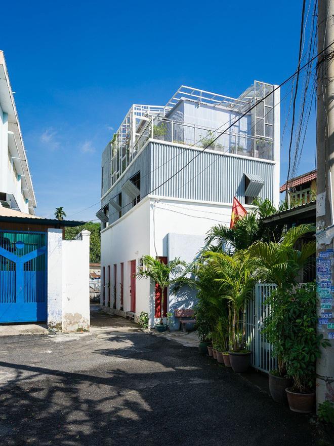 Ngôi nhà 50m² trong hẻm nhỏ đẹp chẳng kém resort ở Sài Gòn - Ảnh 1.