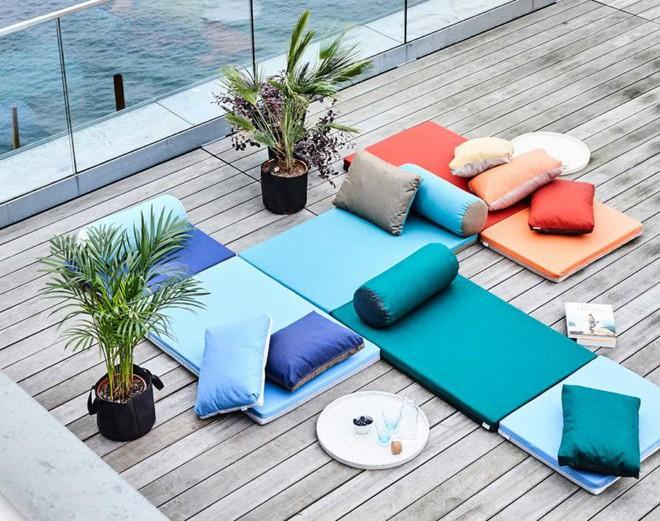 Tham khảo cách phối hợp màu sắc giữa những chiếc ghế nệm ngoài trời siêu đẹp, cực trendy - Ảnh 1.