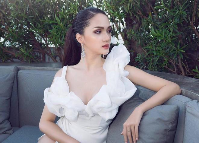 Hoa hậu Hương Giang táo bạo với đầm xẻ cao tận hông, thách thức  cả cô nàng táo bạo Angela Phương Trinh - Ảnh 2.