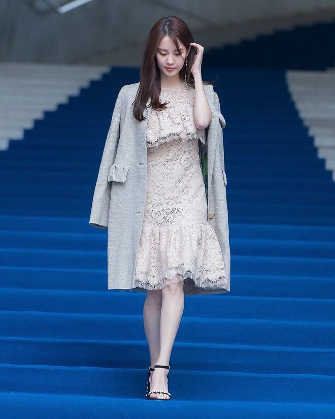 Em út Seohuyn lộ mặt kém sắc, gượng gạo tại Tuần lễ thời trang Seoul - Ảnh 3.