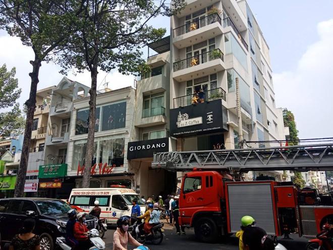 TP. HCM: Thang máy gặp sự cố, nam thanh niên bị kẹt cổ giữa thang máy với sàn nhà nguy kịch - Ảnh 1.