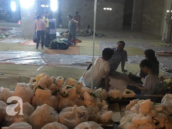 Sau 1 đêm thức trắng vì cháy, hàng chục người dân chung cư Carina lại nằm vạ vật trong nhà tạm lánh, dùng đồ từ thiện - Ảnh 7.