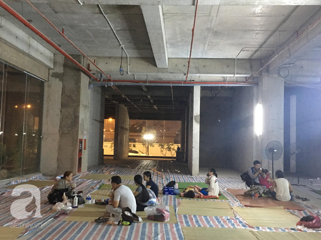 Sau 1 đêm thức trắng vì cháy, hàng chục người dân chung cư Carina lại nằm vạ vật trong nhà tạm lánh, dùng đồ từ thiện - Ảnh 8.