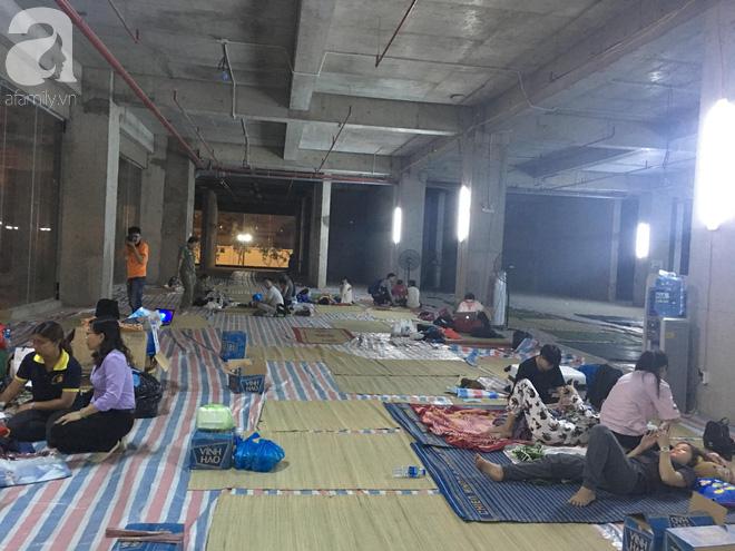 Sau 1 đêm thức trắng vì cháy, hàng chục người dân chung cư Carina lại nằm vạ vật trong nhà tạm lánh, dùng đồ từ thiện - Ảnh 1.