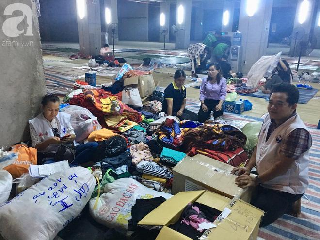 Sau 1 đêm thức trắng vì cháy, hàng chục người dân chung cư Carina lại nằm vạ vật trong nhà tạm lánh, dùng đồ từ thiện - Ảnh 2.