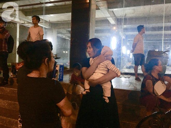 Sau 1 đêm thức trắng vì cháy, hàng chục người dân chung cư Carina lại nằm vạ vật trong nhà tạm lánh, dùng đồ từ thiện - Ảnh 3.