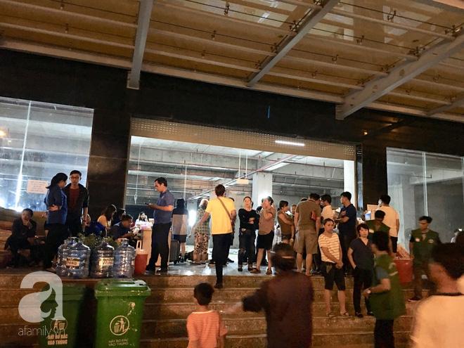 Sau 1 đêm thức trắng vì cháy, hàng chục người dân chung cư Carina lại nằm vạ vật trong nhà tạm lánh, dùng đồ từ thiện - Ảnh 11.