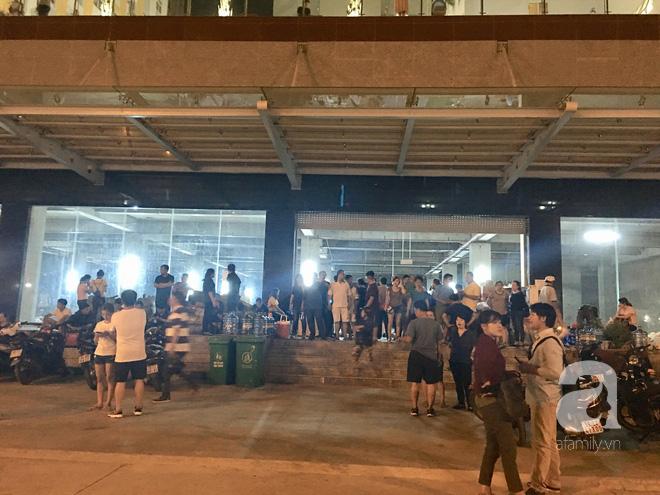 Sau 1 đêm thức trắng vì cháy, hàng chục người dân chung cư Carina lại nằm vạ vật trong nhà tạm lánh, dùng đồ từ thiện - Ảnh 12.