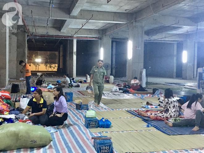 Sau 1 đêm thức trắng vì cháy, hàng chục người dân chung cư Carina lại nằm vạ vật trong nhà tạm lánh, dùng đồ từ thiện - Ảnh 14.