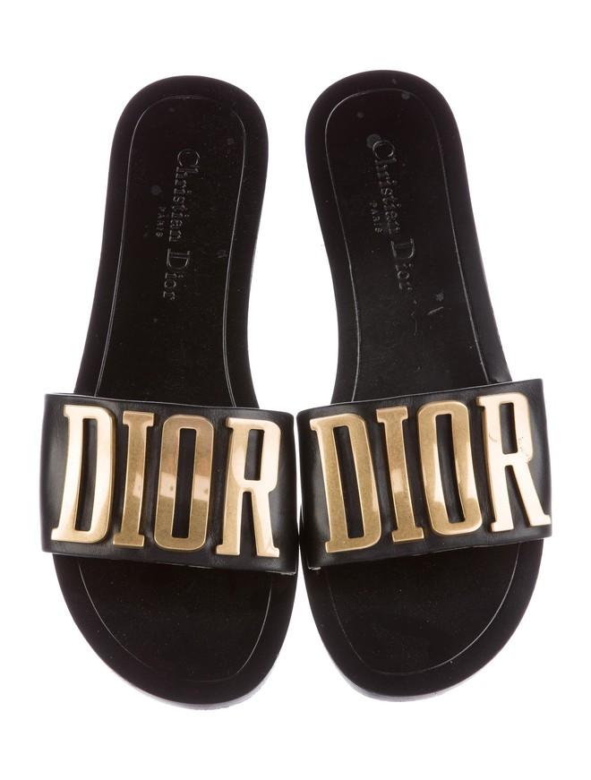 Có ai chào hè hoành tráng như Mai Phương Thúy, chi cả trăm triệu để sắm 2 đôi dép lê cùng loạt giày túi  - Ảnh 8.
