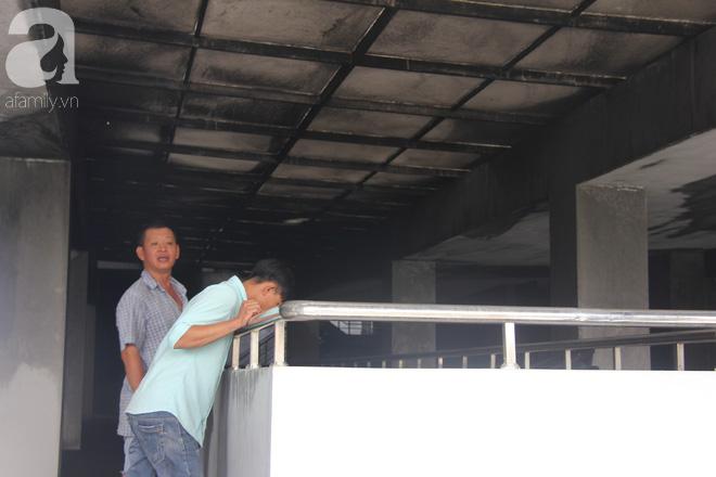 30 giờ sau vụ cháy chung cư Carina: Khung cảnh hoang tàn, người dân được vào nhà tìm những đồ vật còn sót lại - Ảnh 9.