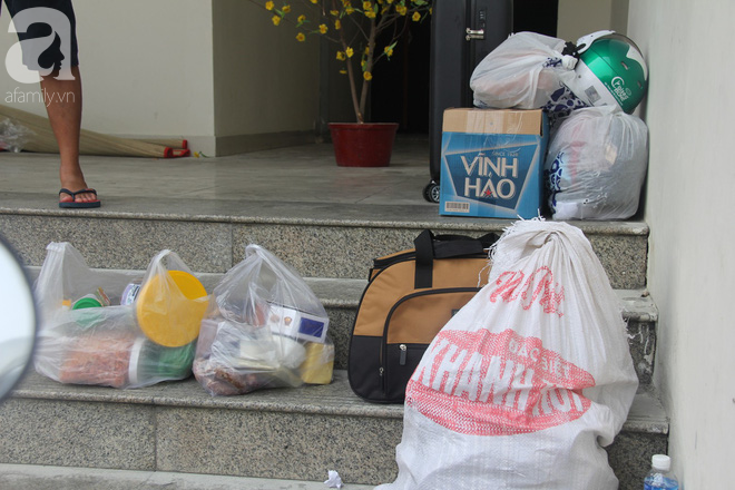 30 giờ sau vụ cháy chung cư Carina: Khung cảnh hoang tàn, người dân được vào nhà tìm những đồ vật còn sót lại - Ảnh 10.