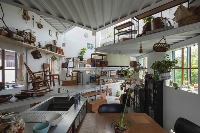 Ngôi nhà nhỏ 2 tầng nhưng có tới 13 không gian riêng nhờ thiết kế thông minh và ấn tượng của KTS người Nhật - Ảnh 2.