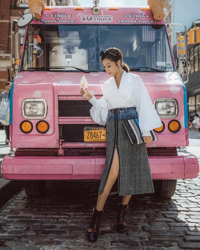 Sơmi cách điệu + quần jeans: quý cô châu Á đang khởi động mùa hè bằng combo điệu đà mà năng động này - Ảnh 2.