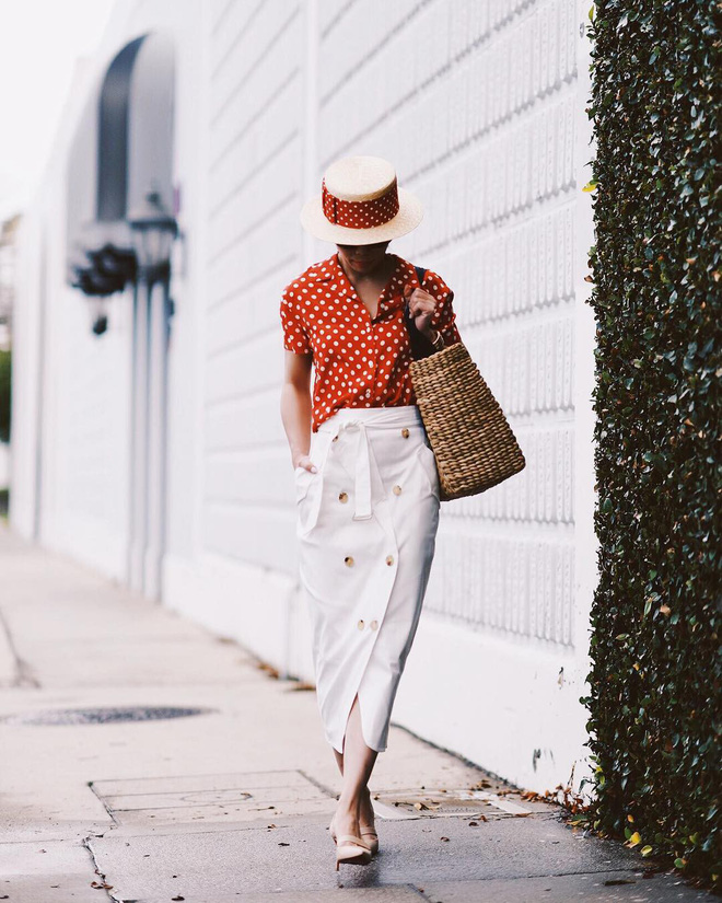 Sơmi cách điệu + quần jeans: quý cô châu Á đang khởi động mùa hè bằng combo điệu đà mà năng động này - Ảnh 9.