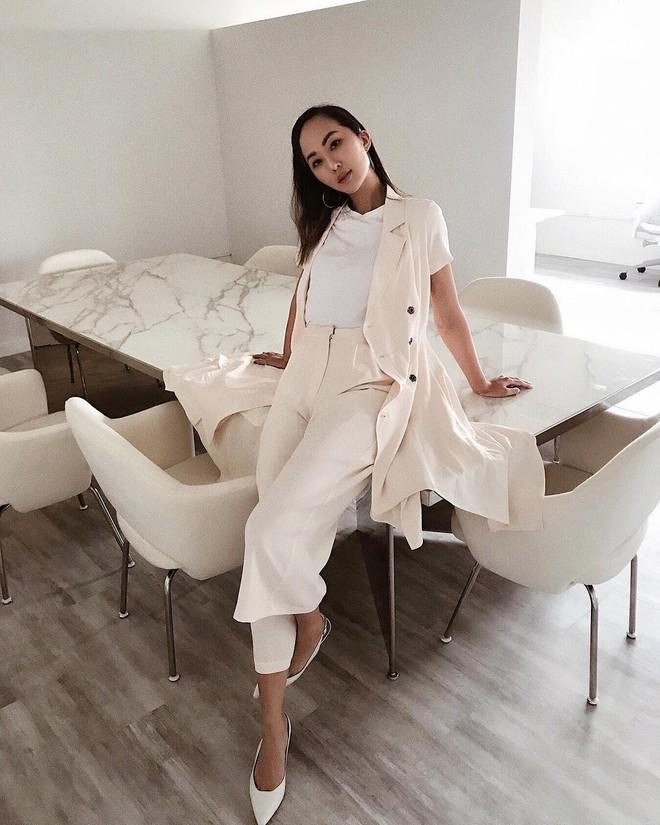 Sơmi cách điệu + quần jeans: quý cô châu Á đang khởi động mùa hè bằng combo điệu đà mà năng động này - Ảnh 3.