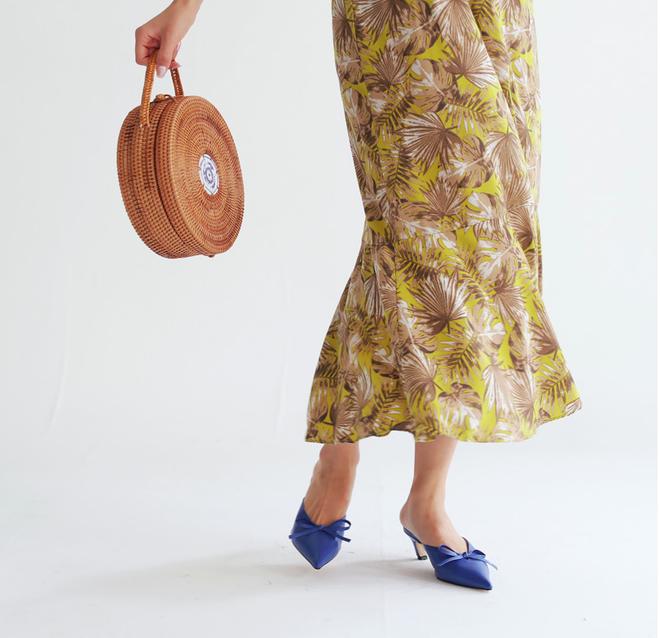 Không phải sneaker hay cao gót lênh khênh, giày khuyết gót là món đồ nàng công sở cần sắm ngay trong hè này - Ảnh 2.