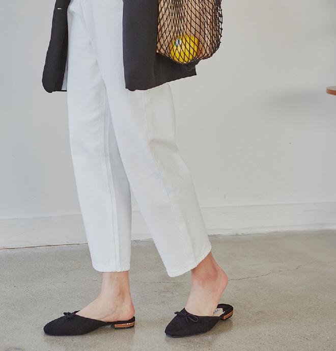 Không phải sneaker hay cao gót lênh khênh, giày khuyết gót là món đồ nàng công sở cần sắm ngay trong hè này - Ảnh 16.