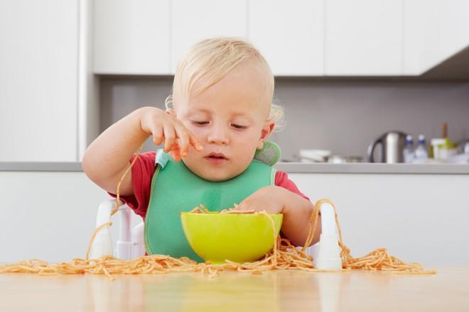 Khay đựng đồ ăn dính bàn cực chặt cho bé, giúp mẹ nhàn tênh khoản dọn dẹp - Ảnh 1.