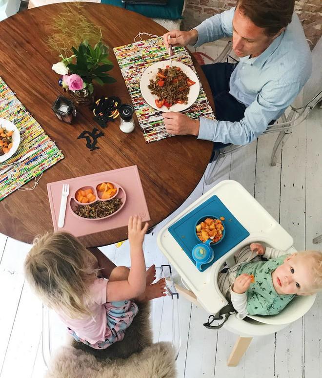 Khay đựng đồ ăn dính bàn cực chặt cho bé, giúp mẹ nhàn tênh khoản dọn dẹp - Ảnh 3.