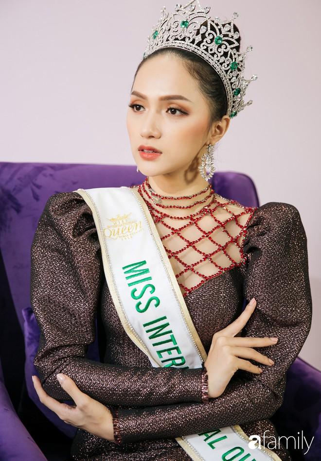 Hoa hậu Hương Giang: Lần đầu tiên sau 7 năm, bố mới dám đưa tôi về quê nội thắp hương - Ảnh 10.