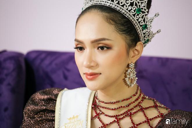 Hoa hậu Hương Giang: Lần đầu tiên sau 7 năm, bố mới dám đưa tôi về quê nội thắp hương - Ảnh 2.